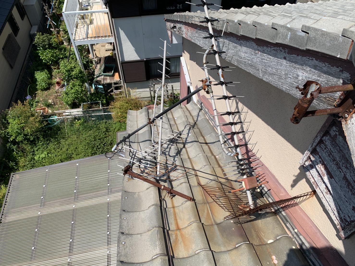 強風で倒壊した屋根上のアンテナ