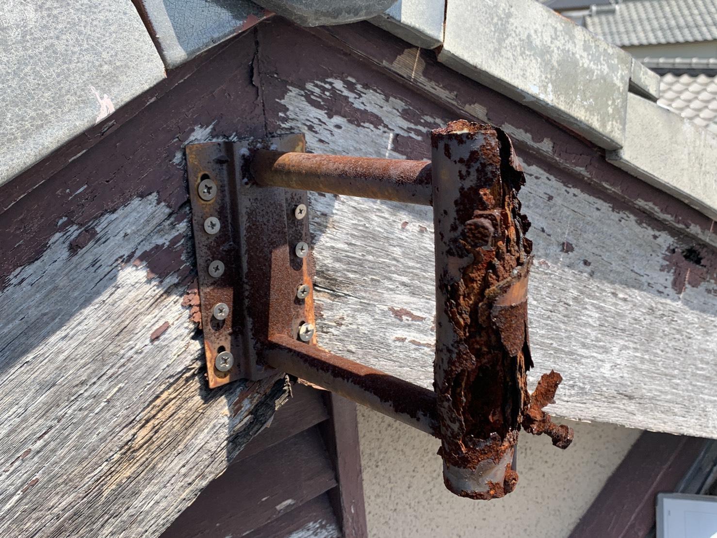 強風でアンテナが倒れた原因の錆び付いた固定金具
