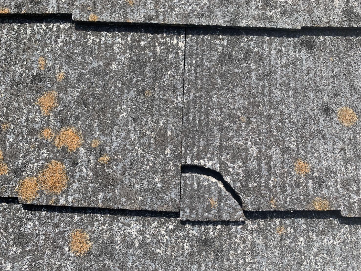 スレート屋根が経年劣化してひび割れている様子