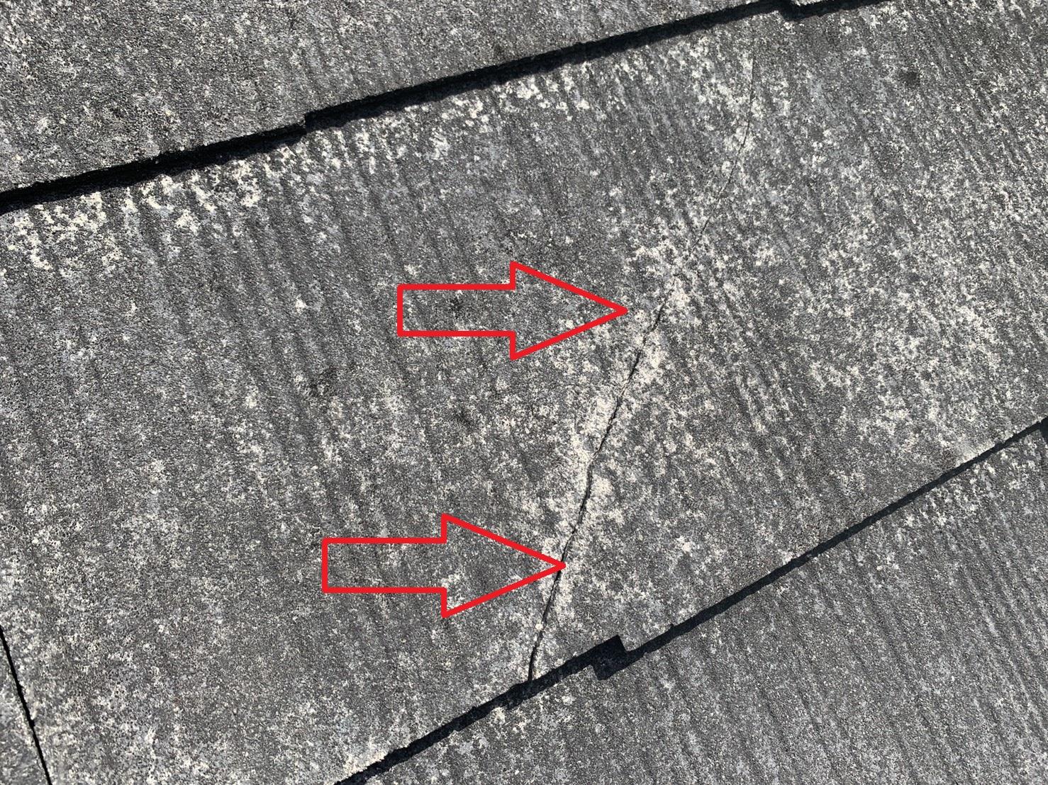 経年劣化したスレート屋根にできた大きなひび割れ