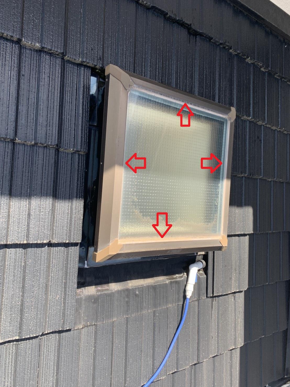 明石市での雨漏り調査で天窓ガラス廻りのコーキングを確認した様子