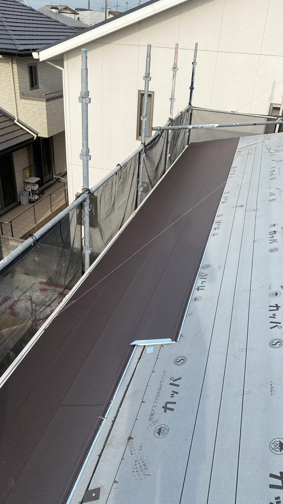 神戸市でカラーベストへのカバー工法でガルテクトを貼っている様子