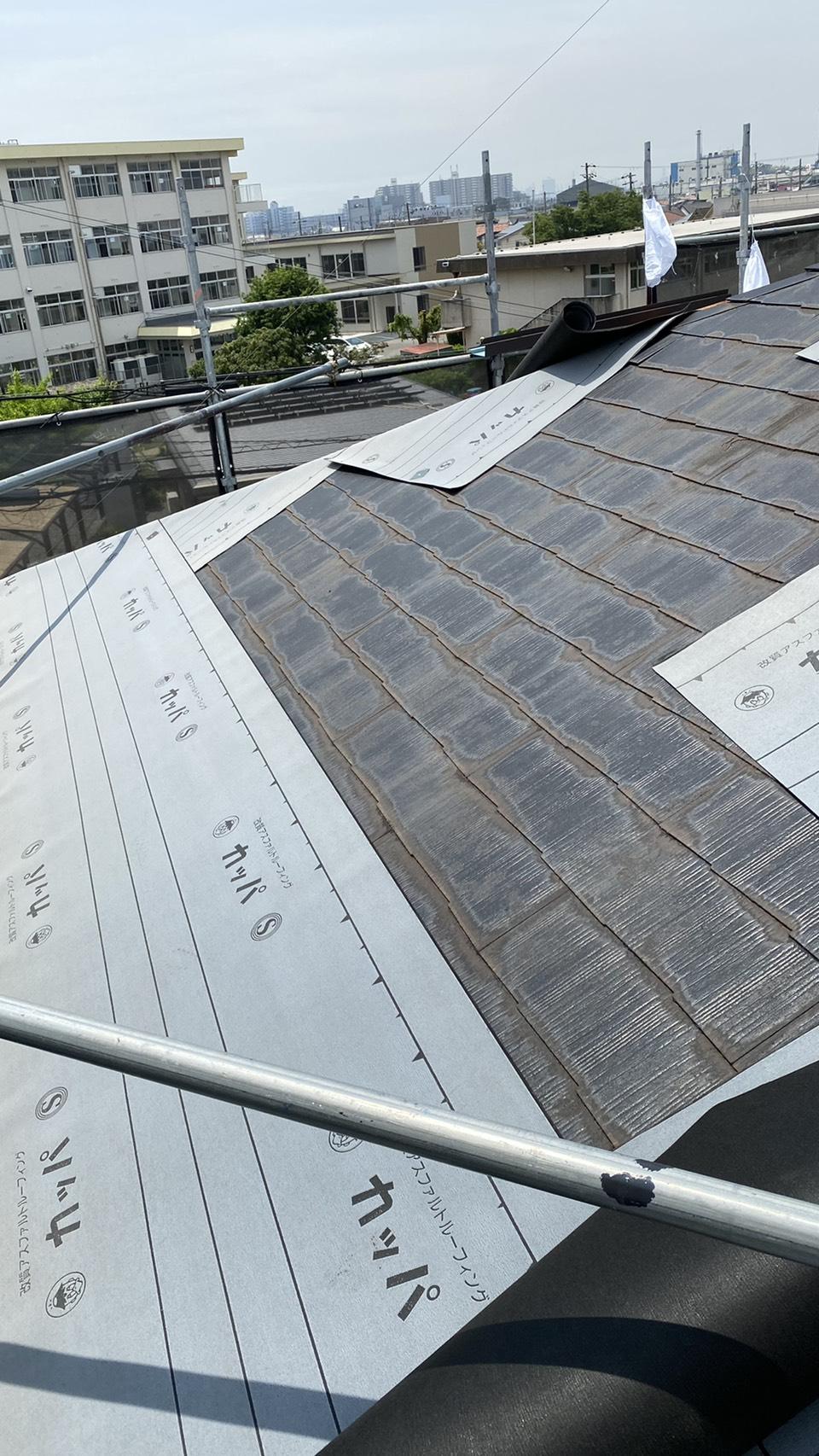 神戸市でのカラーベストへのカバー工法で防水シートを貼っている様子