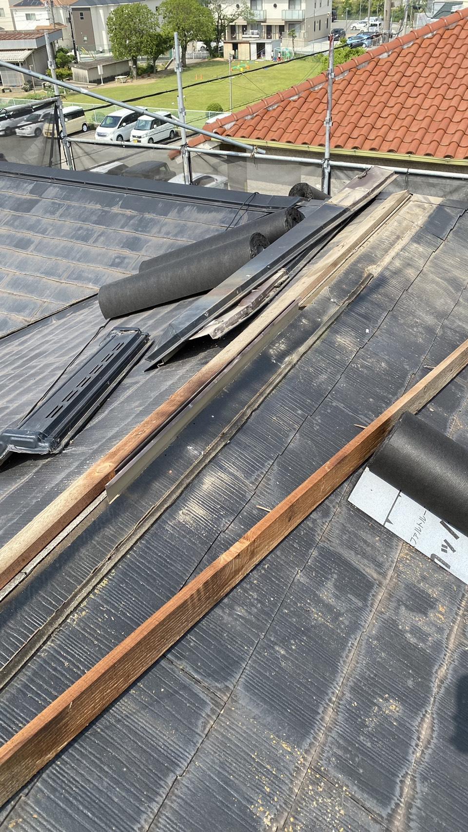 カラーベストへのカバー工法で棟板金を撤去している様子