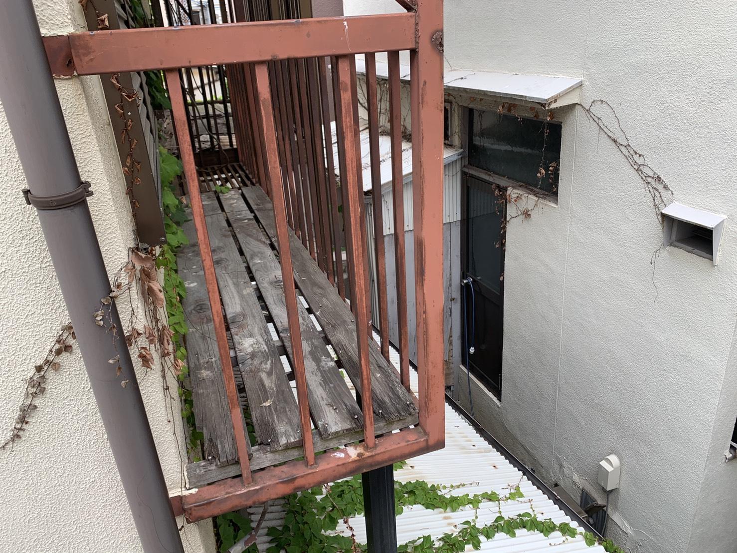 2階建て収益物件のベランダ床が腐食している様子