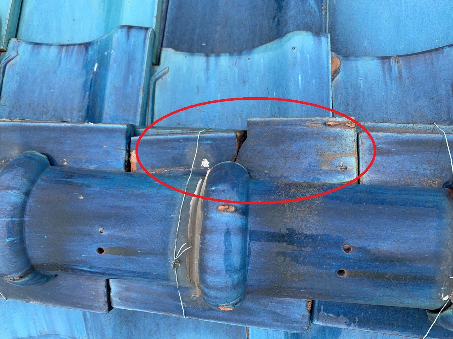 明石市の収益物件で瓦屋根が割れている様子