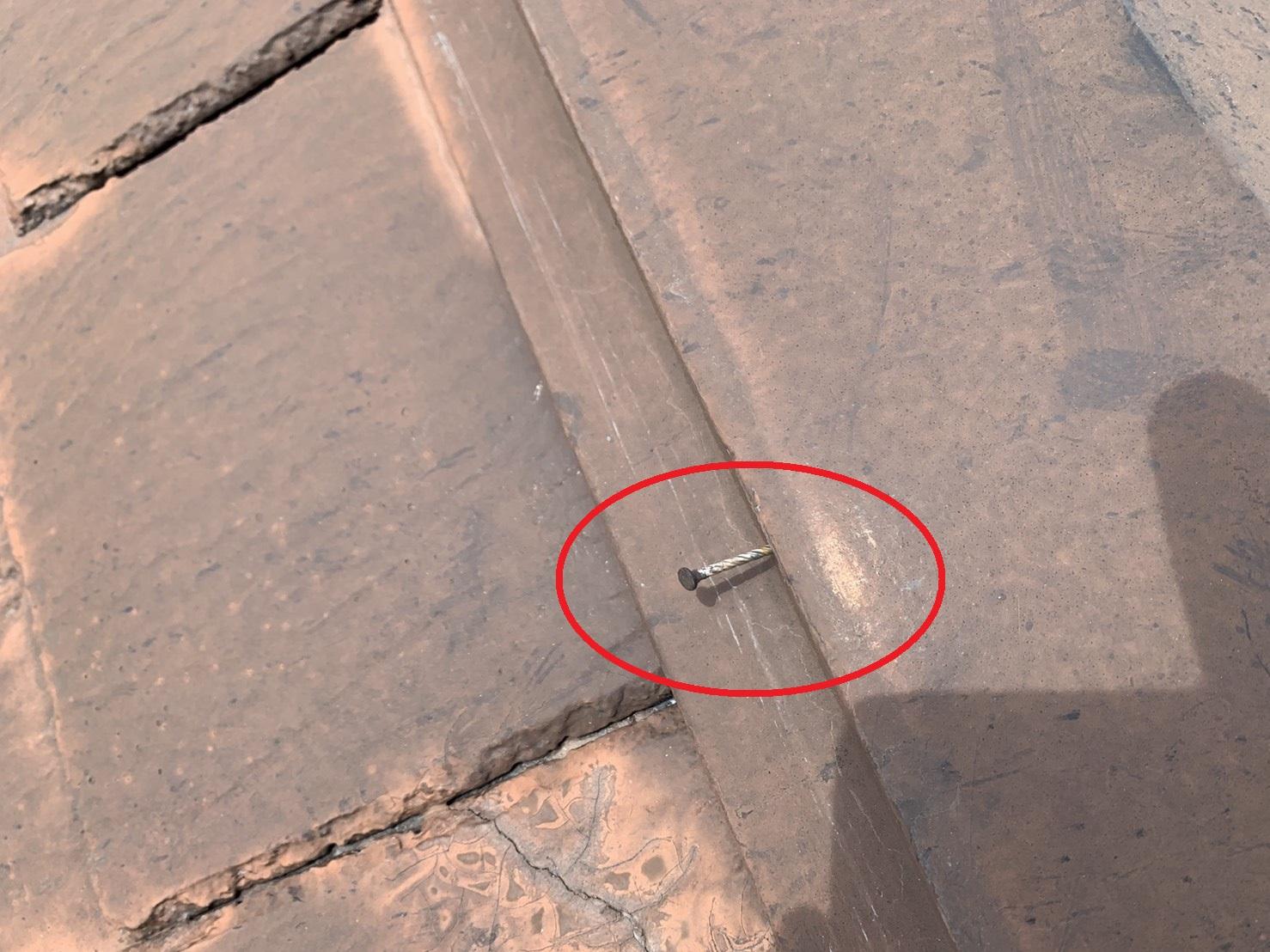 棟板金の固定釘が浮いている様子