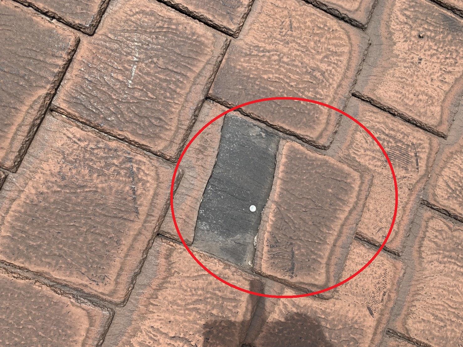 加古川市で屋根カバー工法を行った現場のひび割れたスレート屋根の様子
