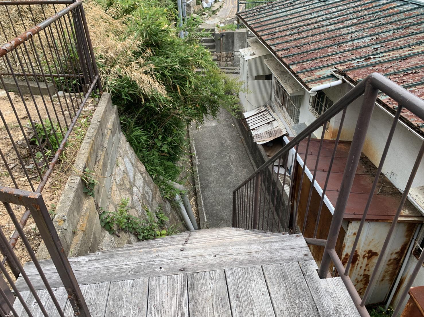 神戸市中央区での雨漏り調査で現場まで昇るための階段