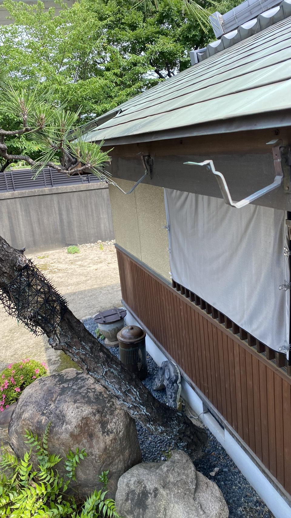 明石市でオーバーフローしている雨樋を撤去した様子