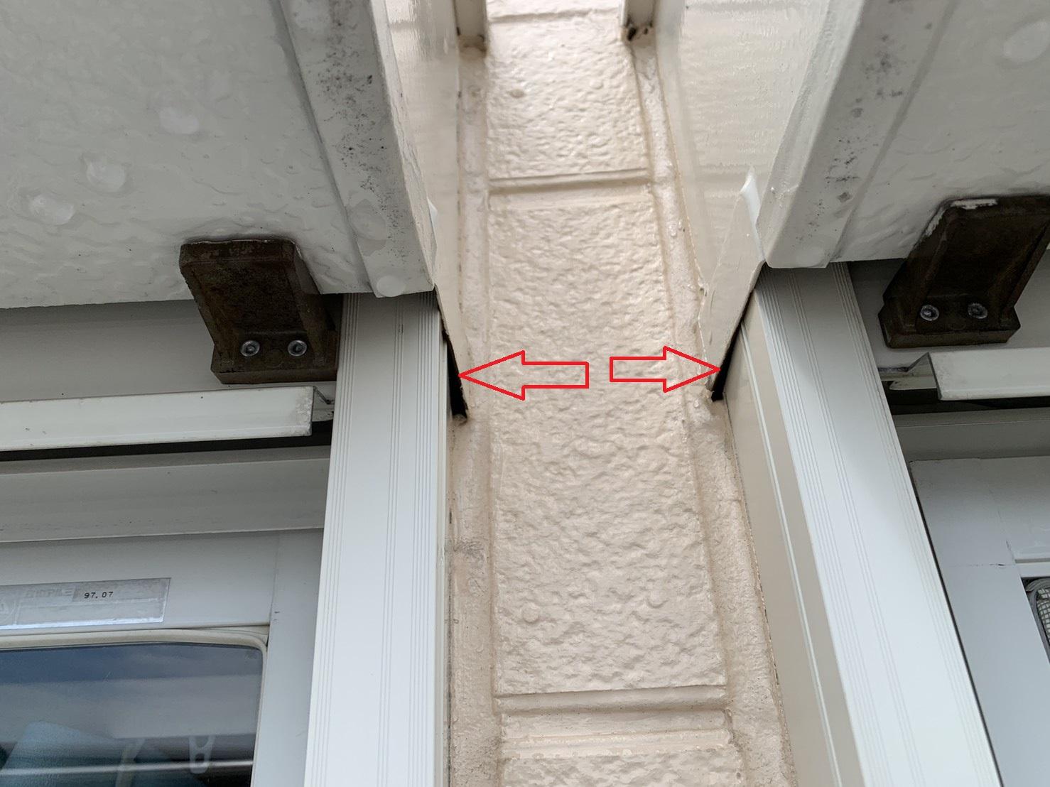 2つ並んである掃き出し窓のすき間