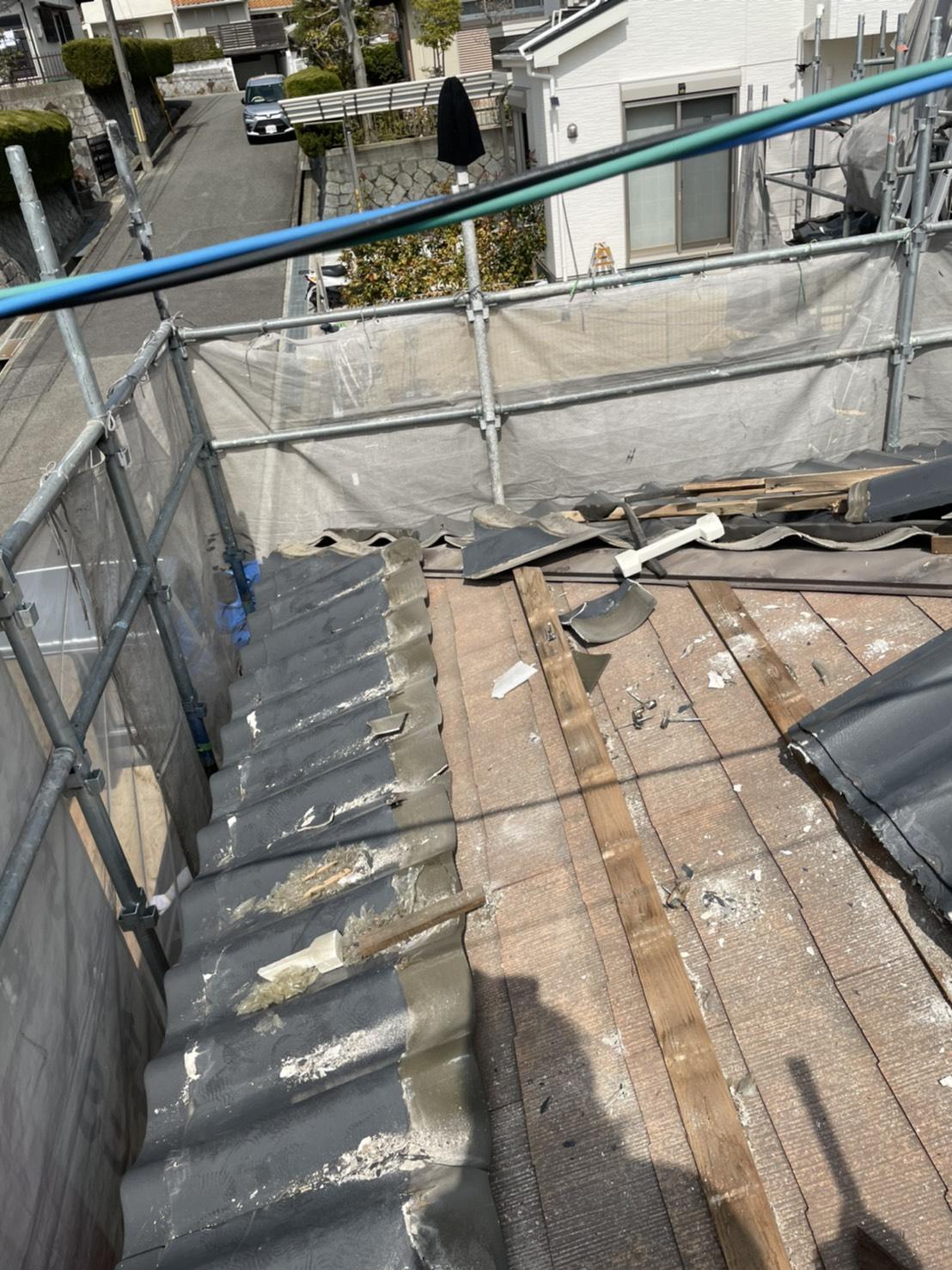 神戸市北区の屋根葺き替え工事で積水瓦Uの下にあるカラーベストの様子