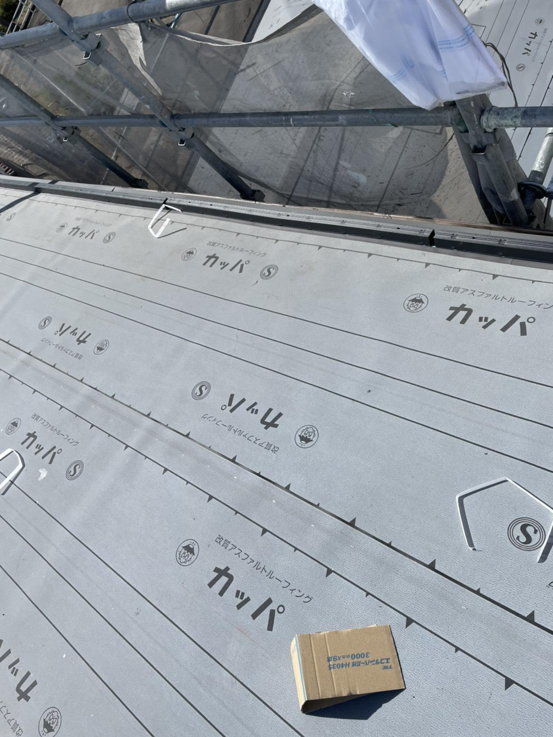 神戸市北区の屋根葺き替え工事で防水シートを貼った様子