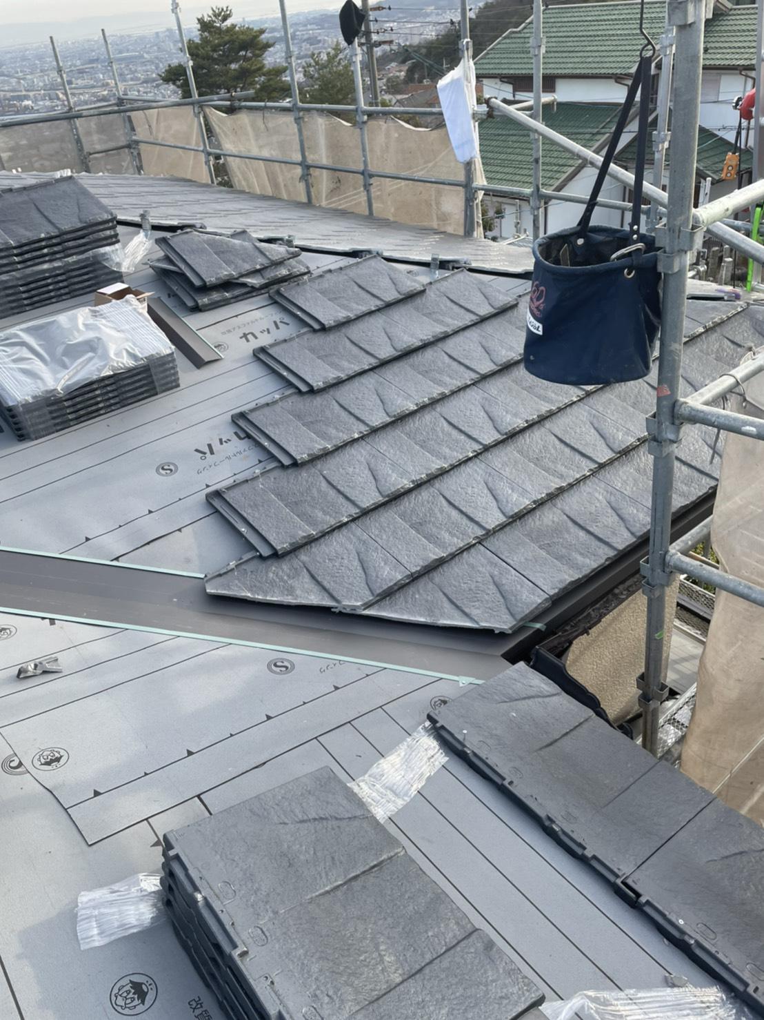お勧めの屋根材ルーガを葺いている様子