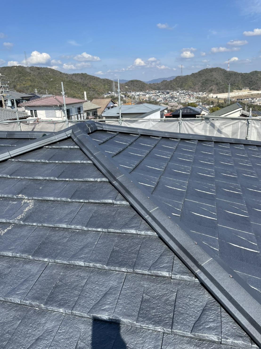 神戸市北区の屋根葺き替え工事で使用したお勧めの屋根材「ルーガ」の様子