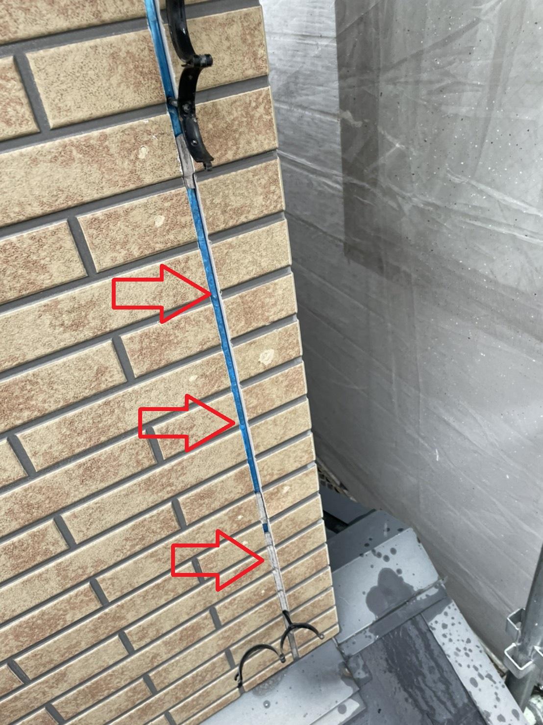 ベランダ外壁のサイディング目地に施工されてあるコーキングが剥がれている様子