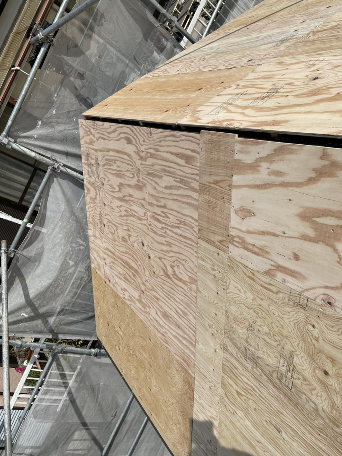 屋根断熱リフォームで下地用合板を貼って屋根下地の断熱対策が完了した様子