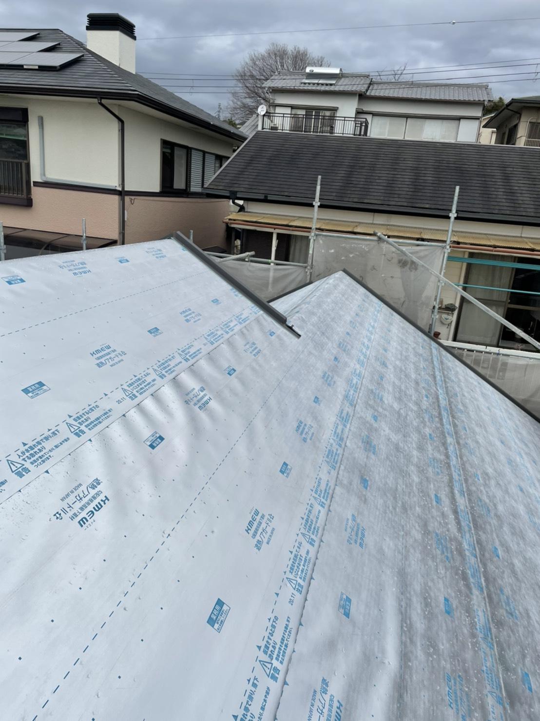 屋根断熱リフォームで遮熱ルーフィングを貼り終えた様子