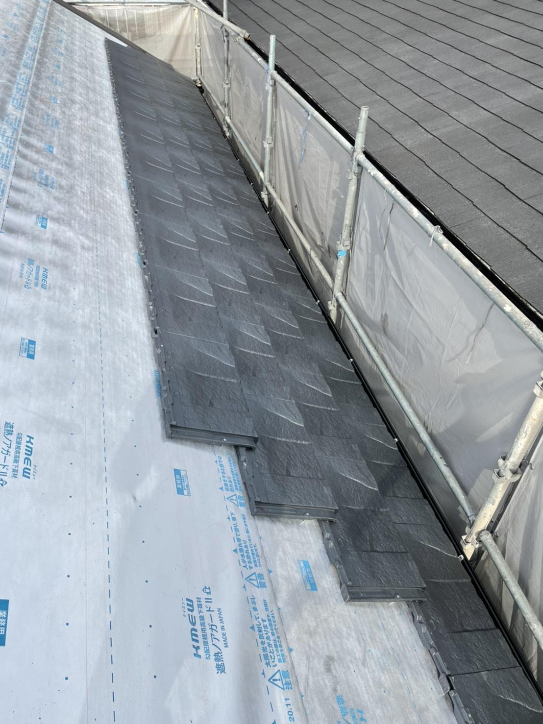 高級屋根材ルーガを屋根リフォームで葺いている様子