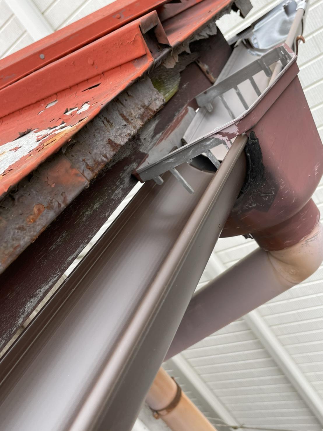 神戸市須磨区での雨樋修理で新しい雨樋を集水器に繋いだ様子