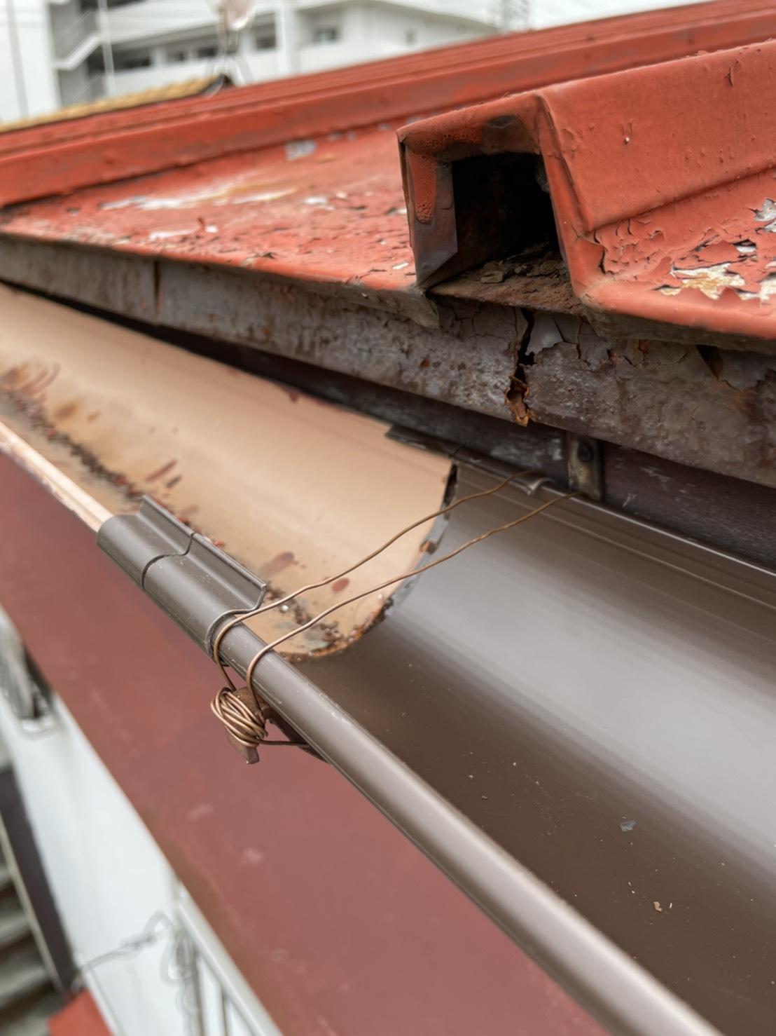 神戸市須磨区で行った雨樋修理で既存の雨樋と新しい雨樋を接合した様子