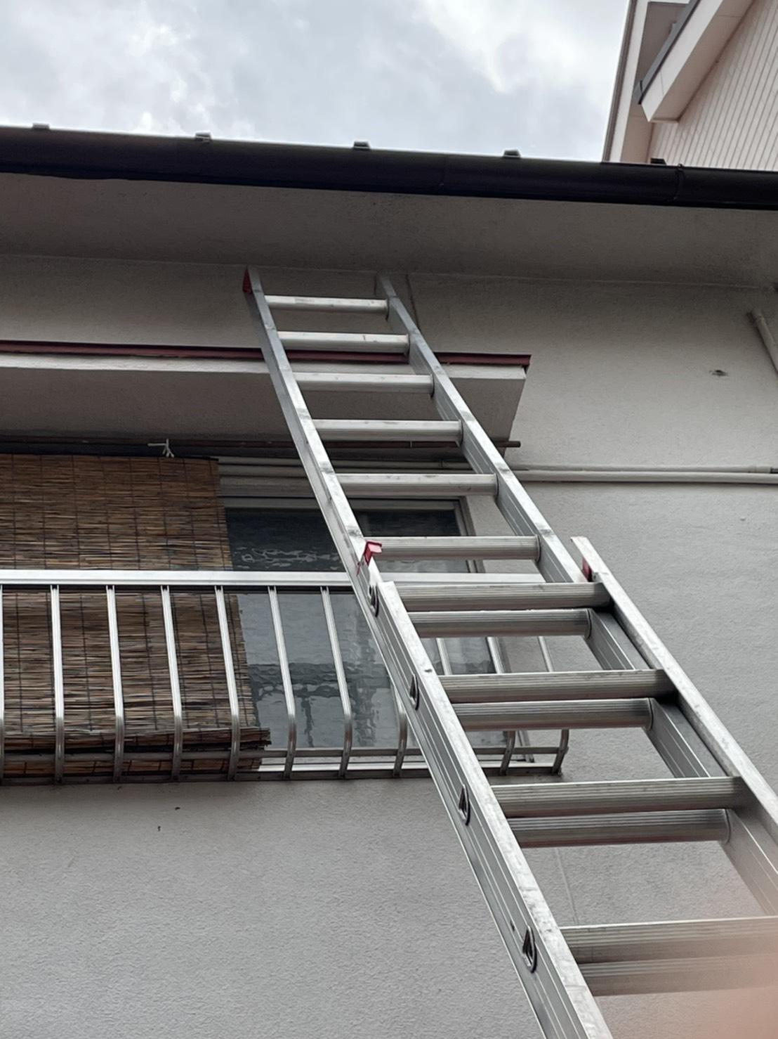 雨漏り修理前点検で梯子を掛けている様子