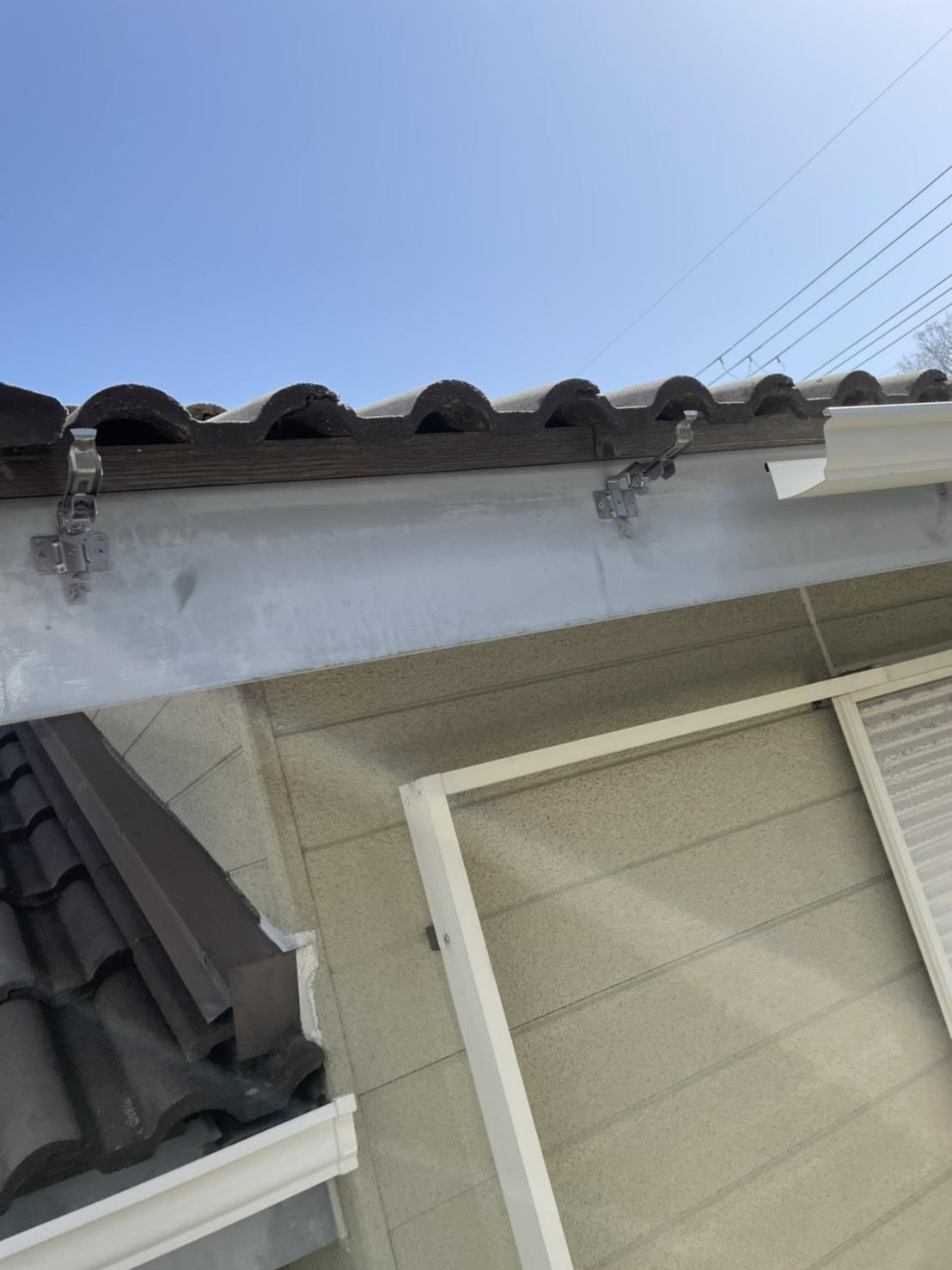 加古川市での雨樋交換で軒樋を取り付けている様子