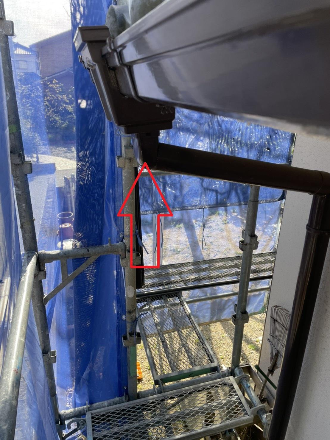 三木市での雨樋交換で水漏れした軒樋を撤去するため既存の竪樋を切断する様子