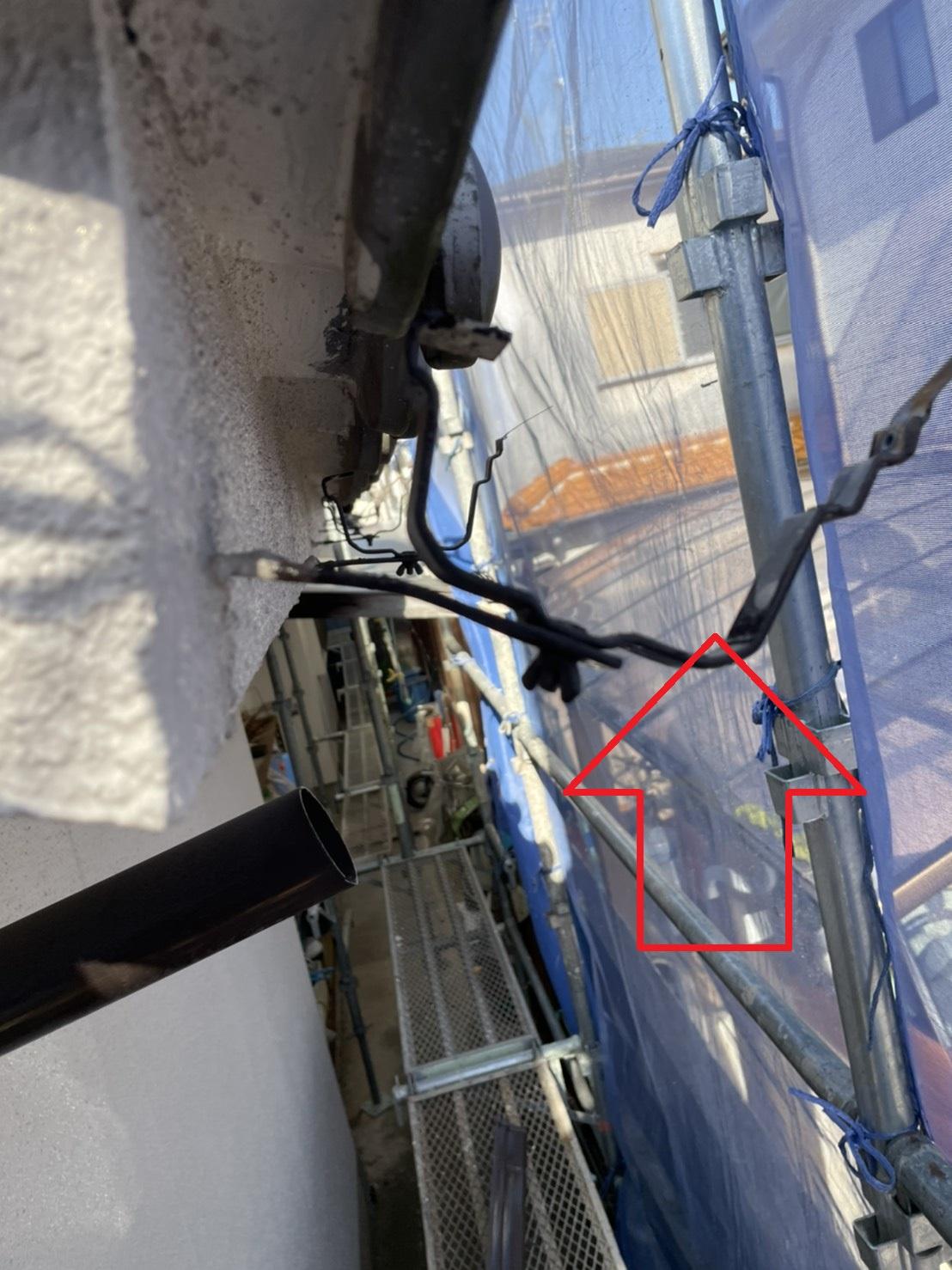 三木市での雨樋交換で軒樋を撤去し残された受け金具の様子