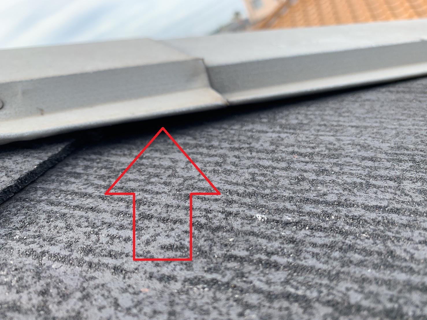 明石市の屋根診断で棟板金の浮きを確認した様子