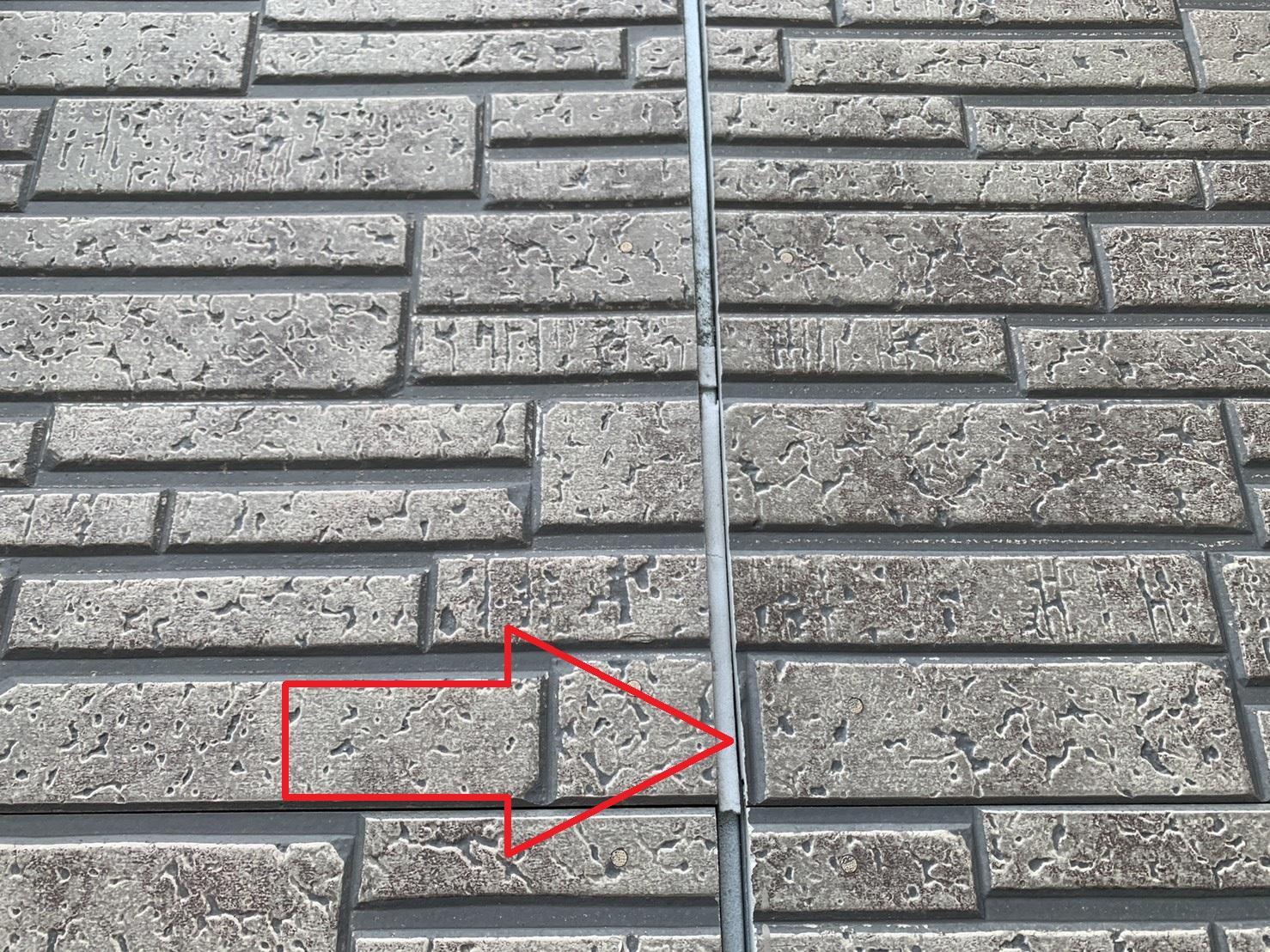 外壁のサイデイング目地のコーキングが剥がれている様子