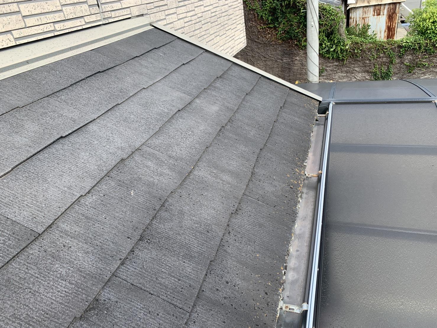 明石市での屋根診断で下屋根を確認した様子
