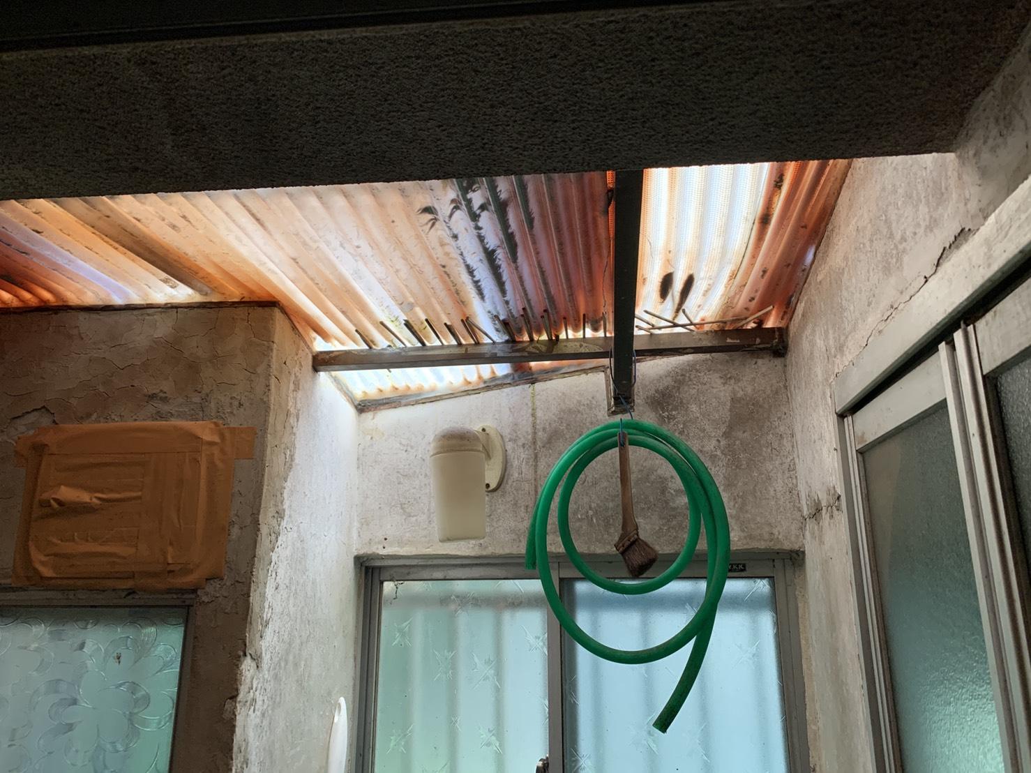 台風で波板から雨漏りしている風呂場の様子