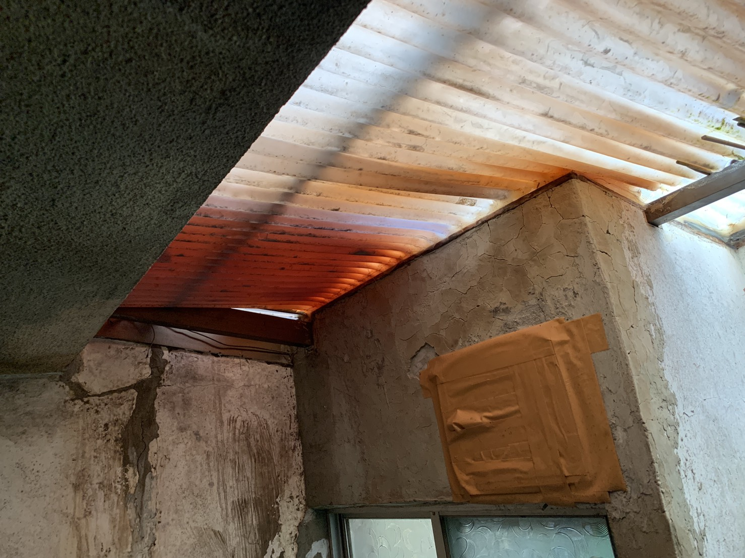 増築部分の屋根として使用されている波板