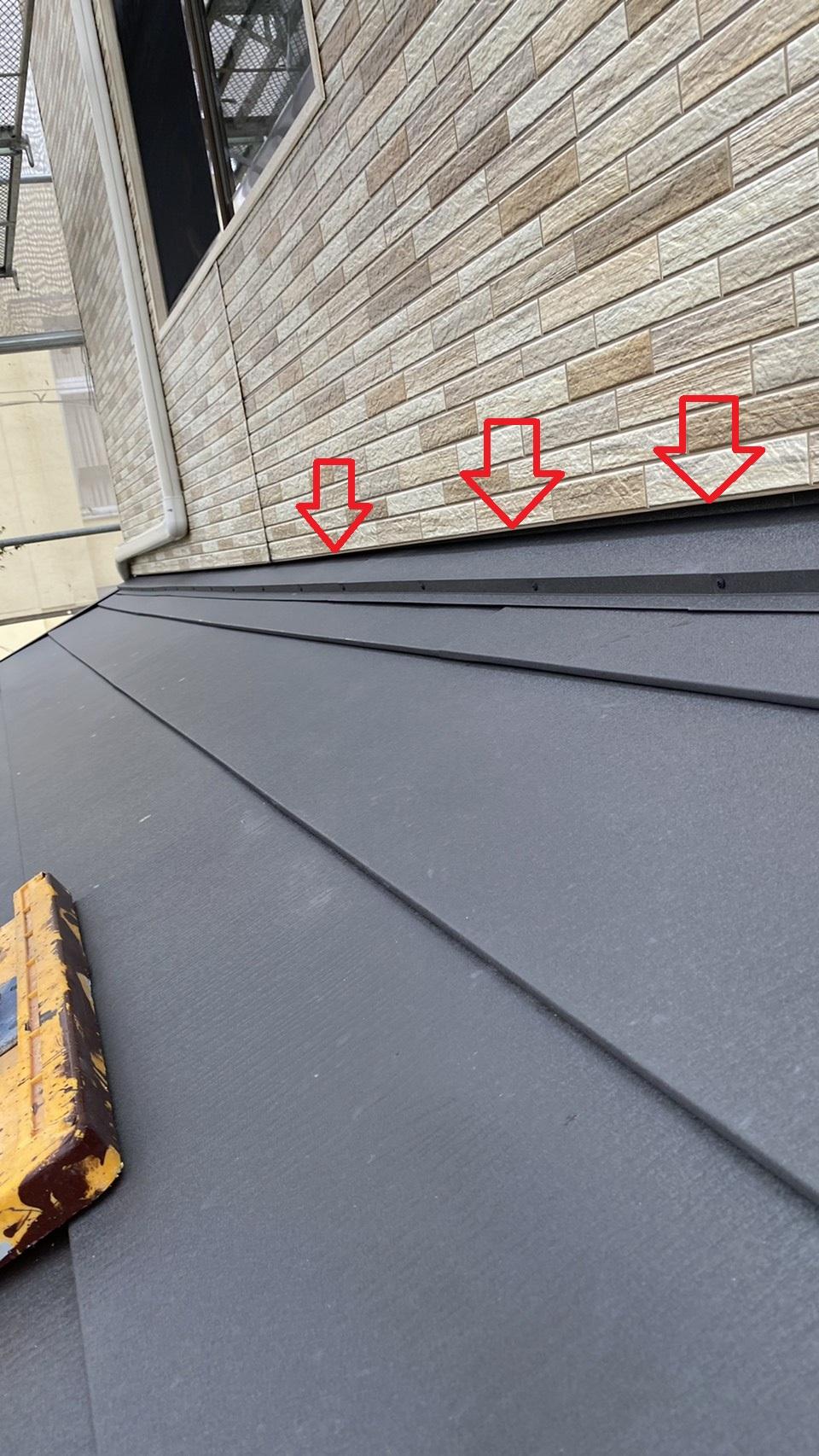 屋根と金属サイディングの間に隙間を開けるのがポイント
