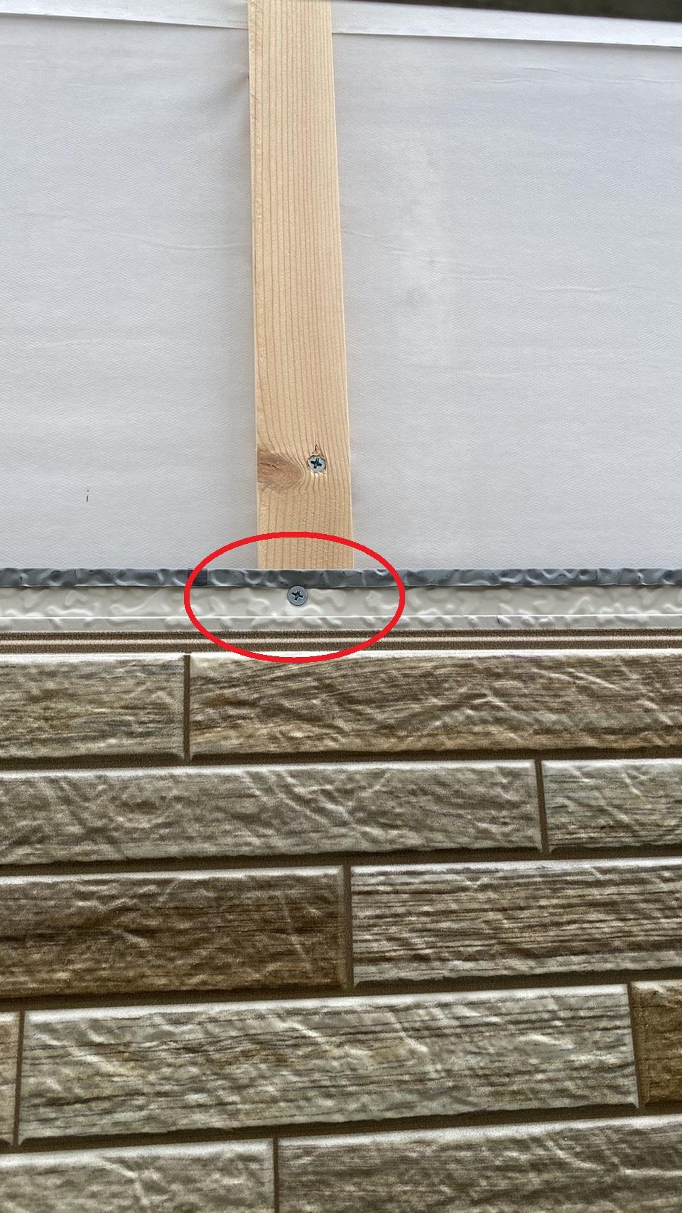 金属サイディングを固定するのに使用したビスの様子