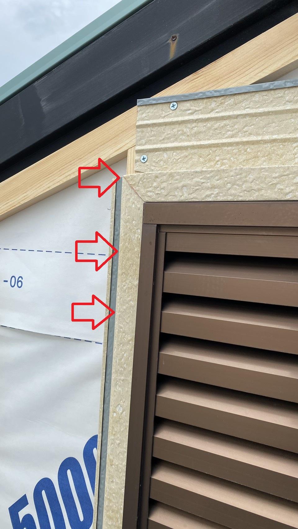 金属サイディングを上貼りする前に窓廻りに取り付けた水切りの様子