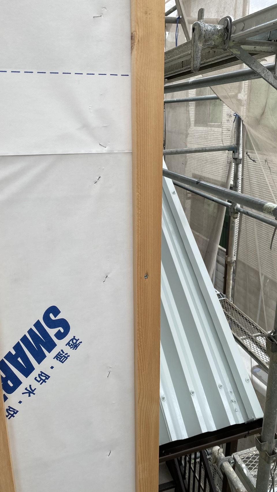 明石市でのサイディング上貼り前に下地を取り付けている様子