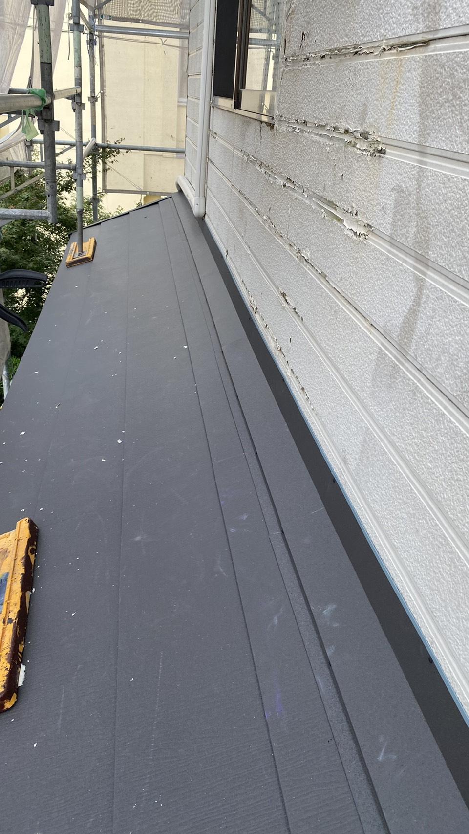 明石市で金属サイディング上貼り工事を行う前の塗装不可能なサイディングの様子
