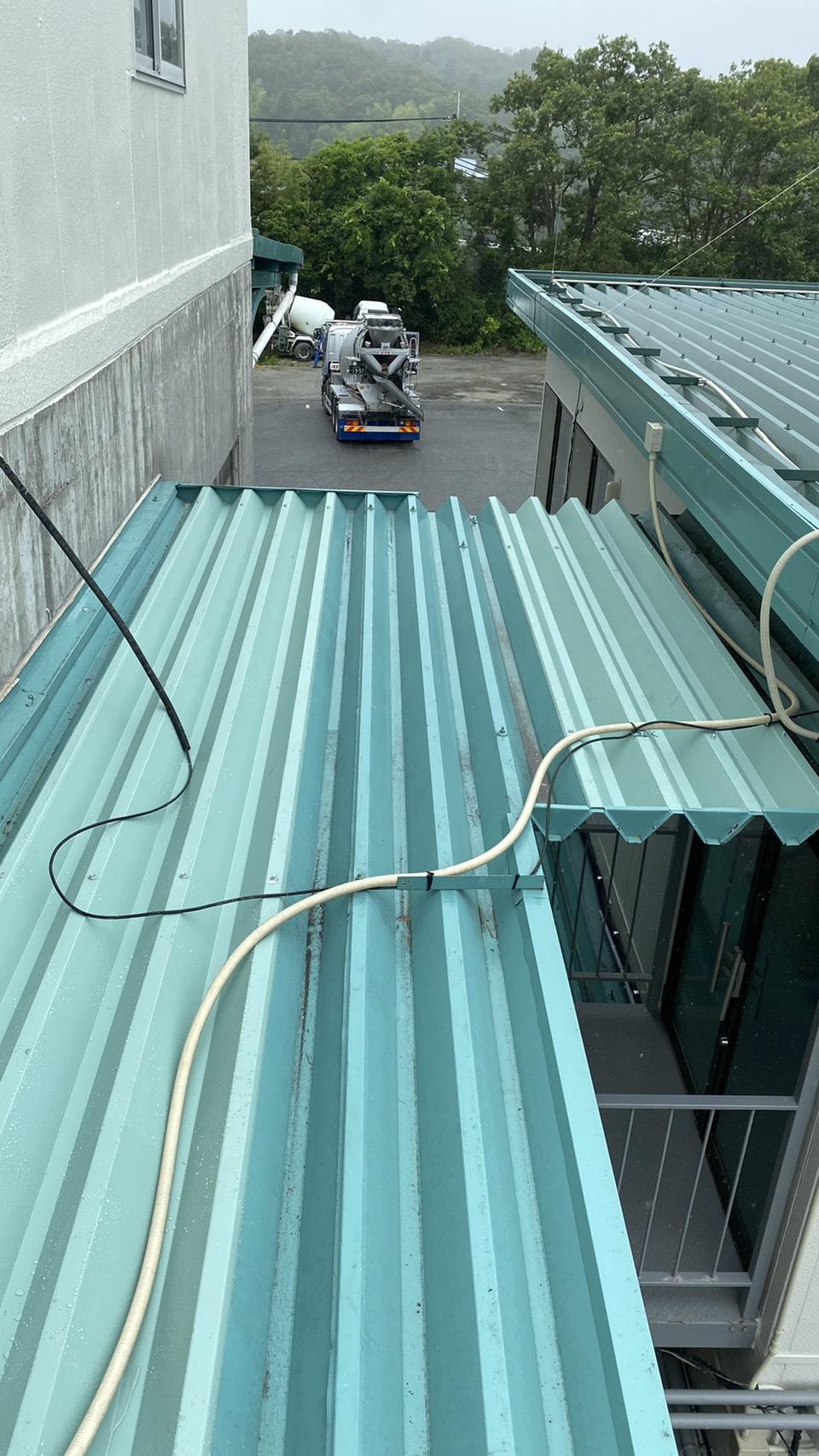 神戸市西区の工場で合計2枚の折板屋根を貼った様子