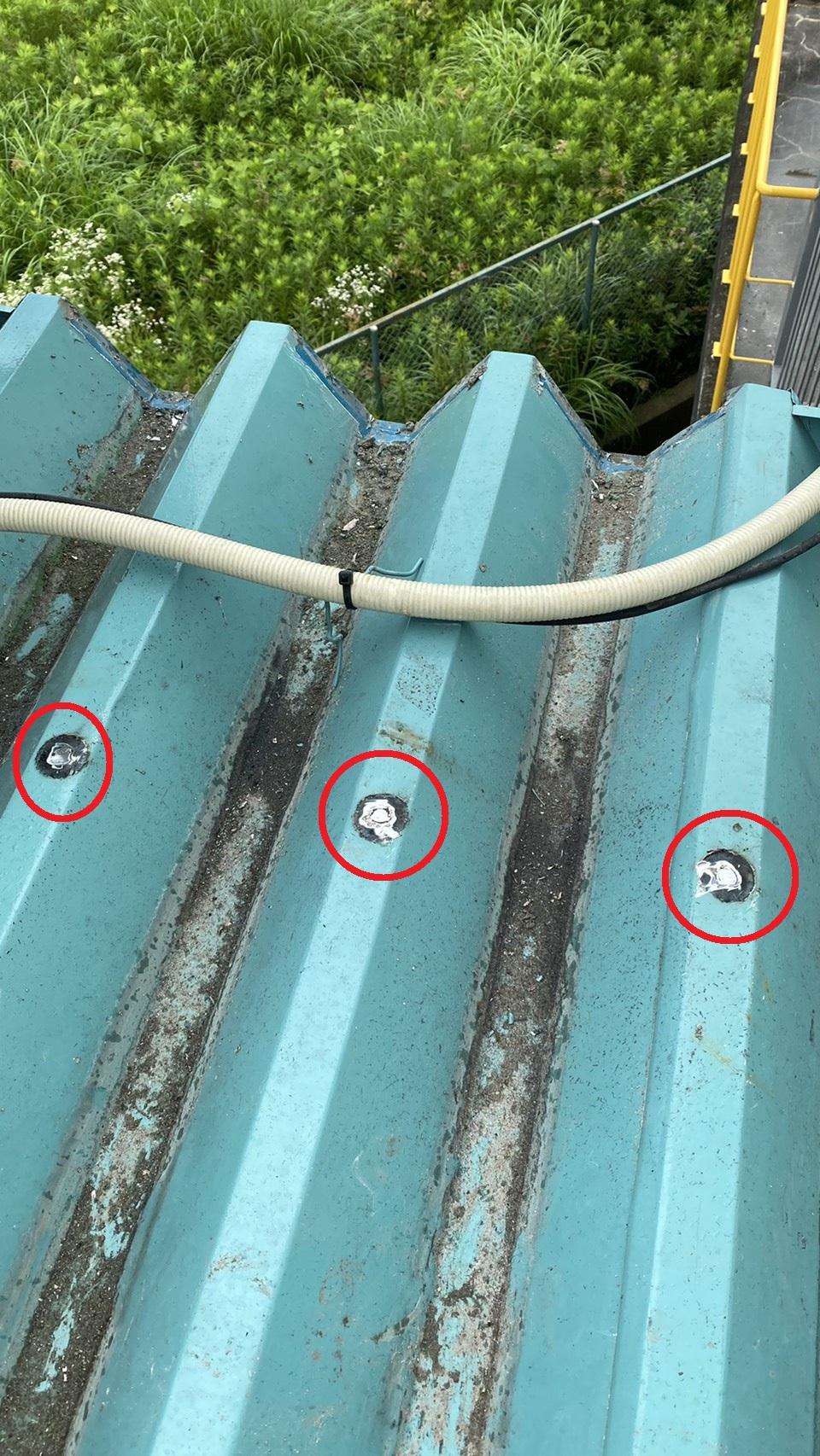 折板屋根の固定ボルトを切断した様子