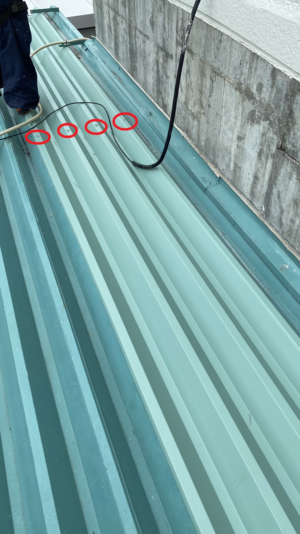 神戸市西区の工場で折板屋根を部分的に貼った様子