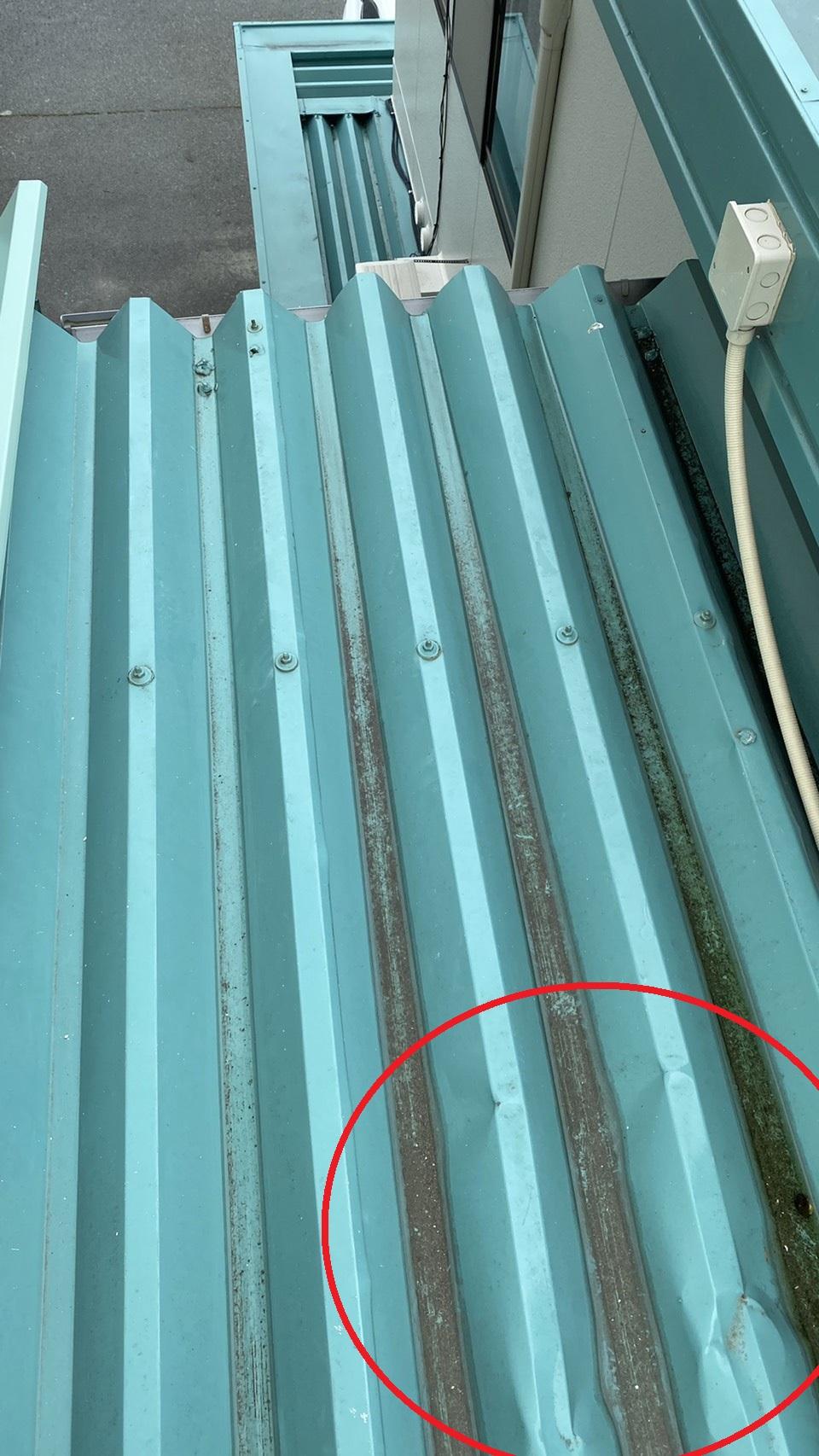 仮設足場により凹みが出てしまった折板屋根