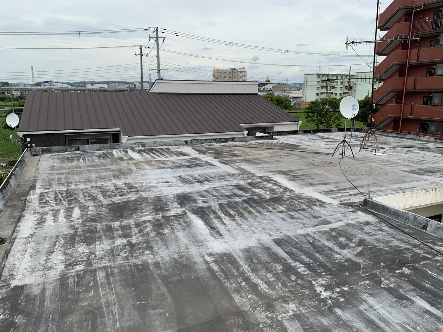 雨漏りしている屋上の様子