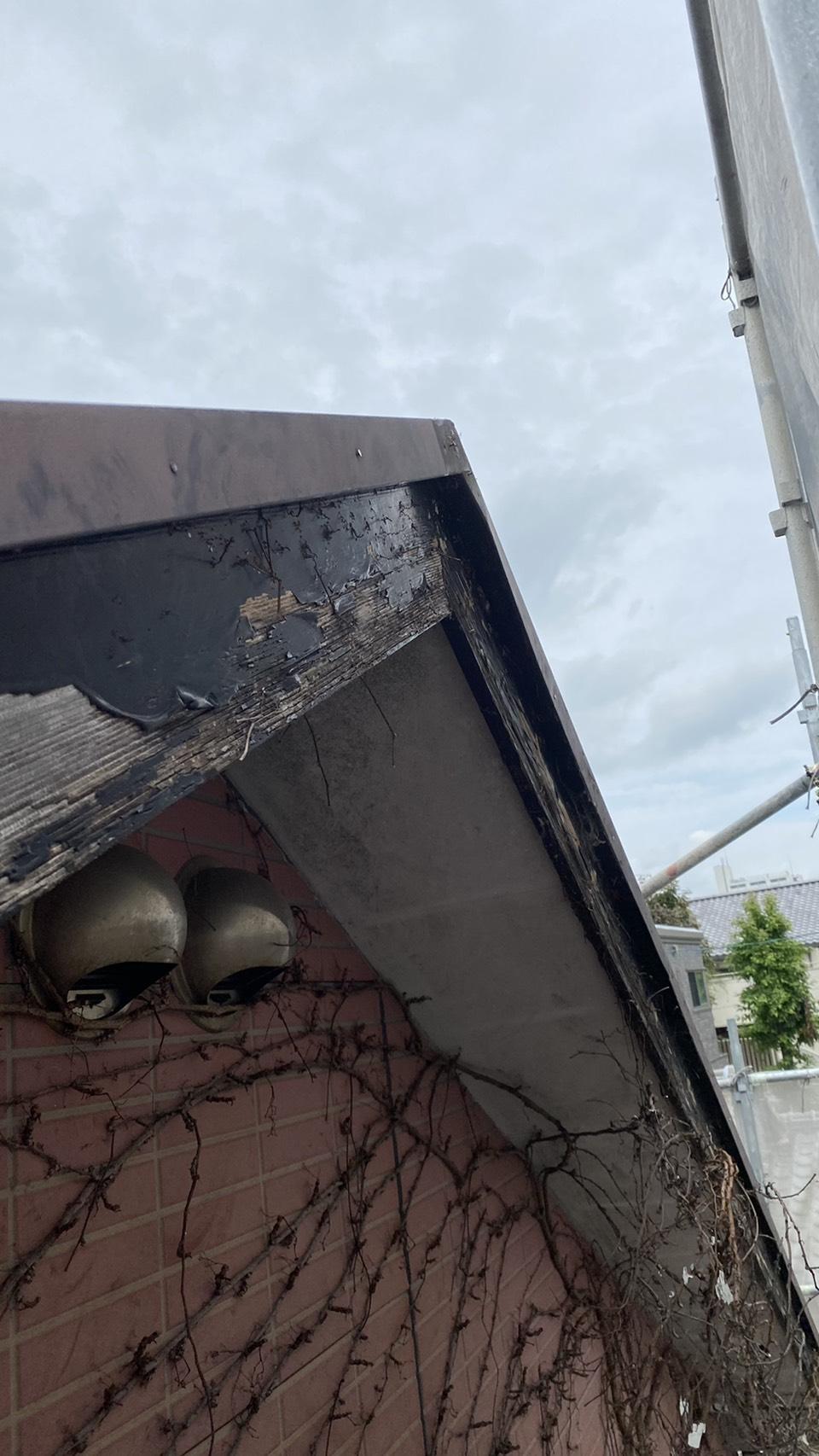 破風板補修工事を行う前の破風板