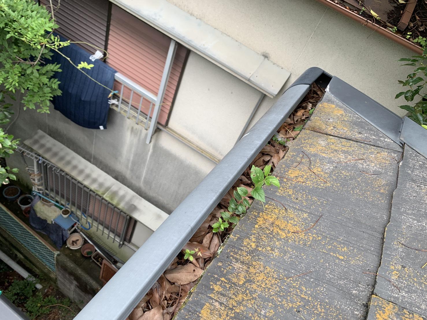 落ち葉が完全に詰まり大雨で水漏れしている雨樋