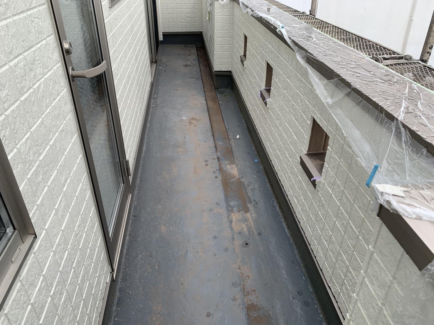 明石市でベランダ床が膨れているお家の様子