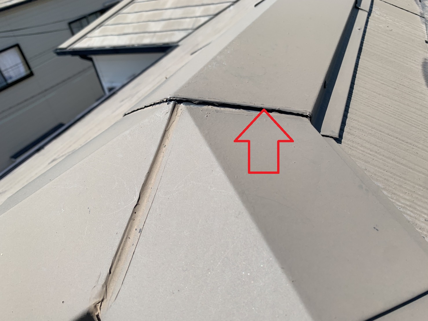 スレート屋根のお見積もりで棟板金のジョイントに出来た隙間を見ていく