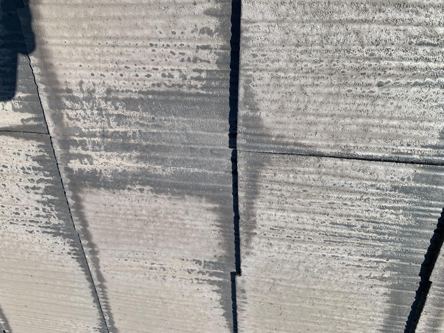 10年前に屋根塗装したスレート屋根に出来ている雨シミ