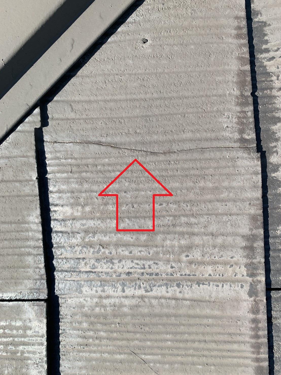 神戸市北区で10年前に屋根塗装したスレート屋根の表面にできたひび割れ
